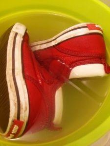 とぎ汁に靴を浸けた