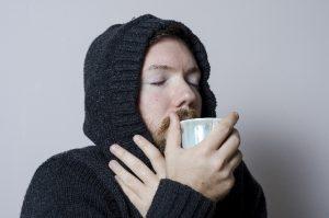 寒気を感じる男性